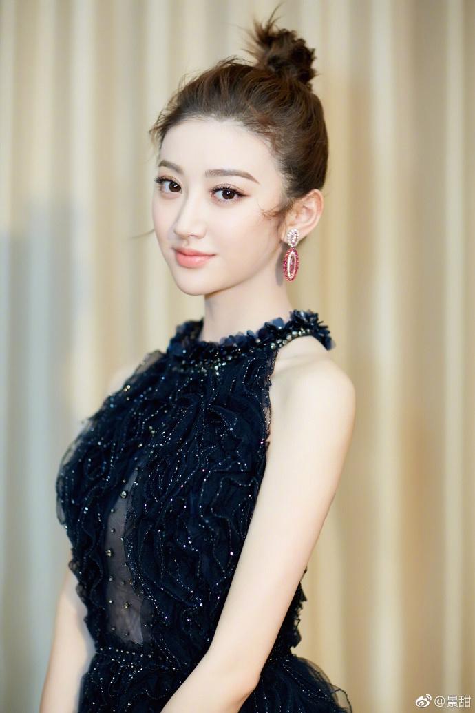 景甜穿深V黑色纱裙性感甜美 承诺新的一年微博常冒泡