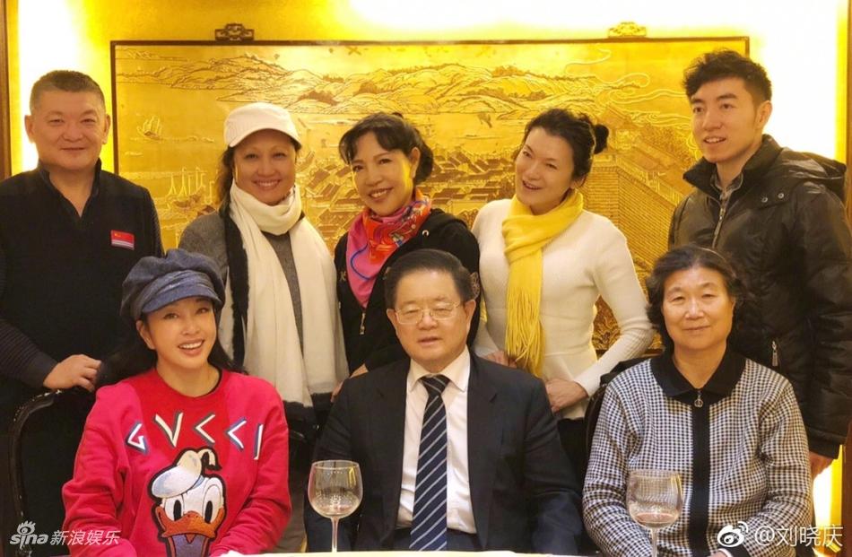 颇有小女人范儿!刘晓庆和老公举杯共饮秀恩爱