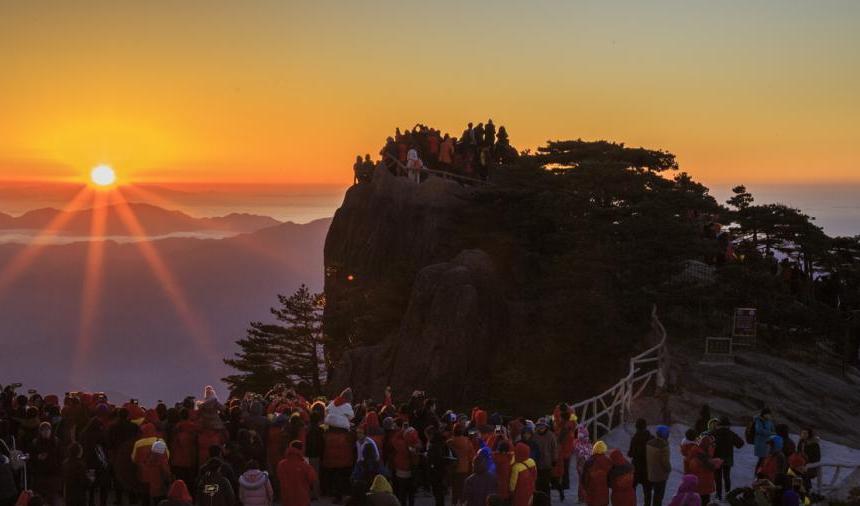 安徽黄山现云海日出美景吸引游人观赏