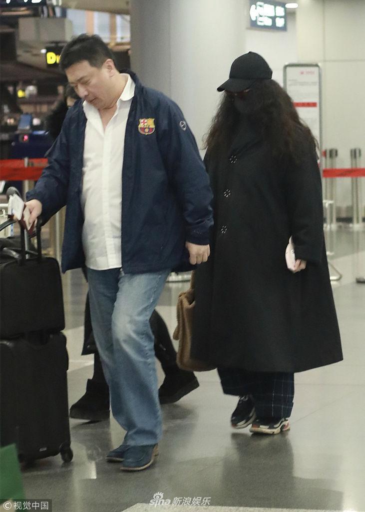 """范冰冰与经纪人现身机场 造型""""一黑到底""""臃肿似座山"""