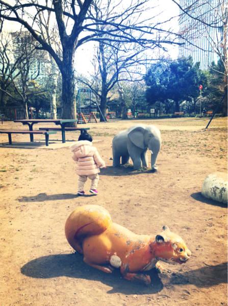 张子萱开启晒娃模式 抱着女儿逛公园