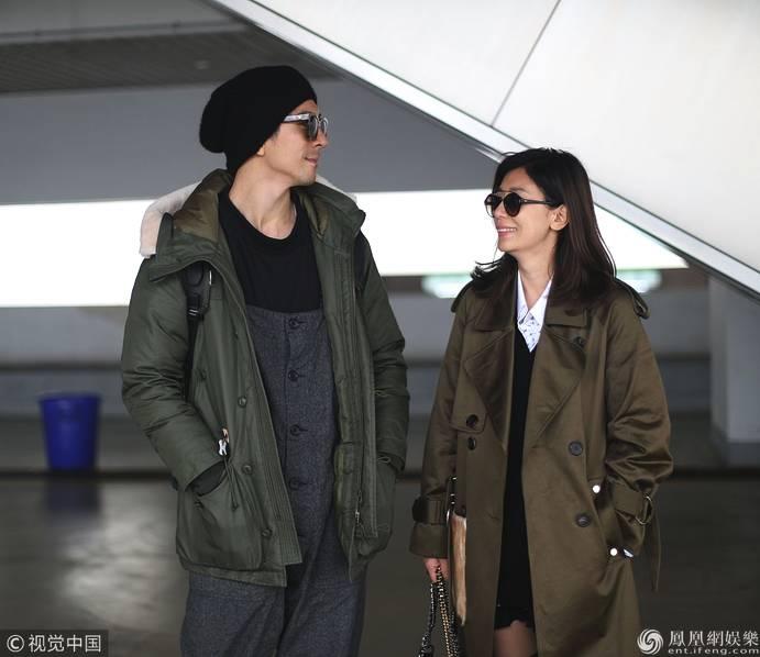 贾静雯和修杰楷穿情侣装现身 甜蜜对视爱意满满
