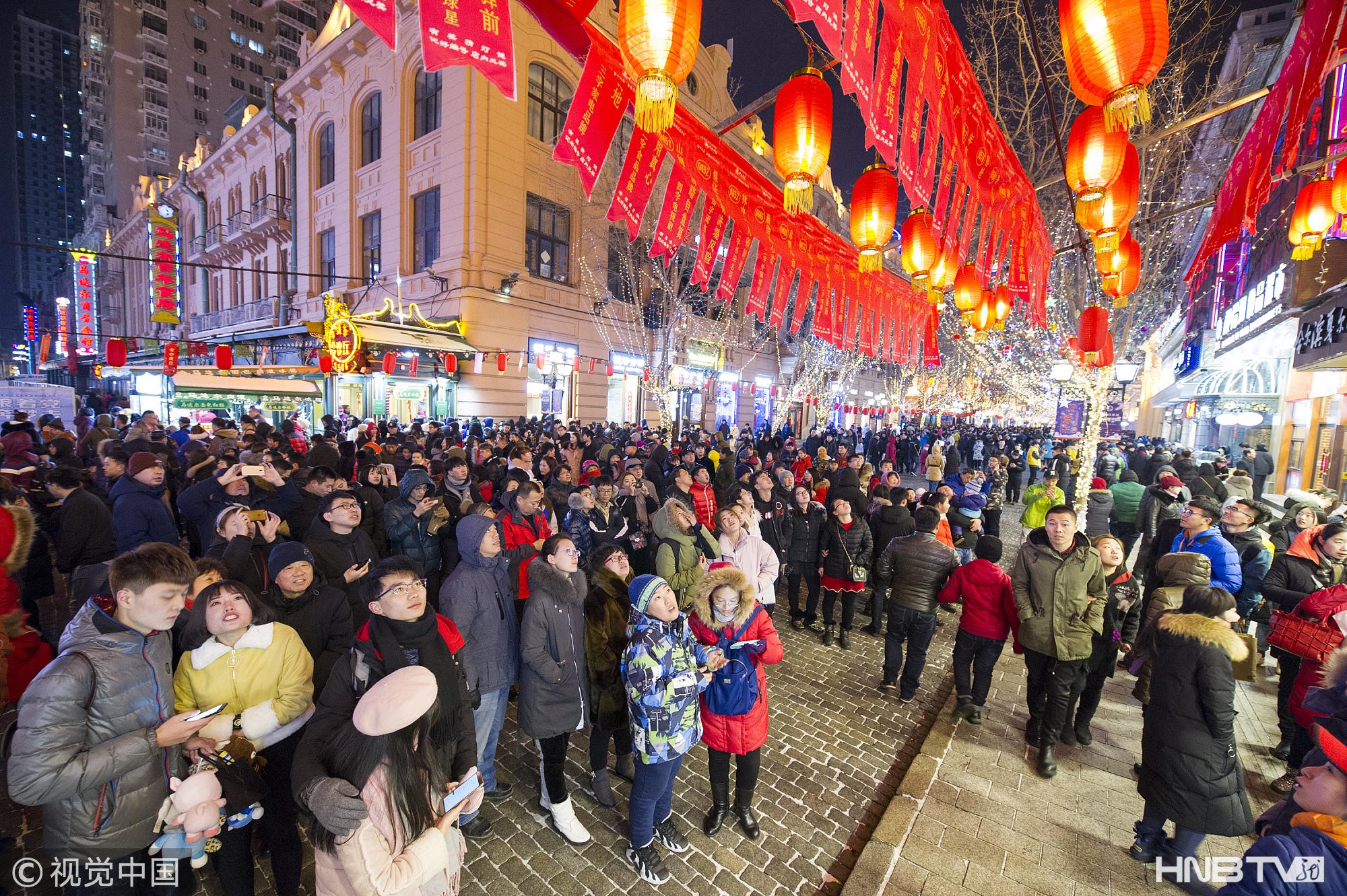 哈尔滨市民猜灯迷欢度元宵节(组图)