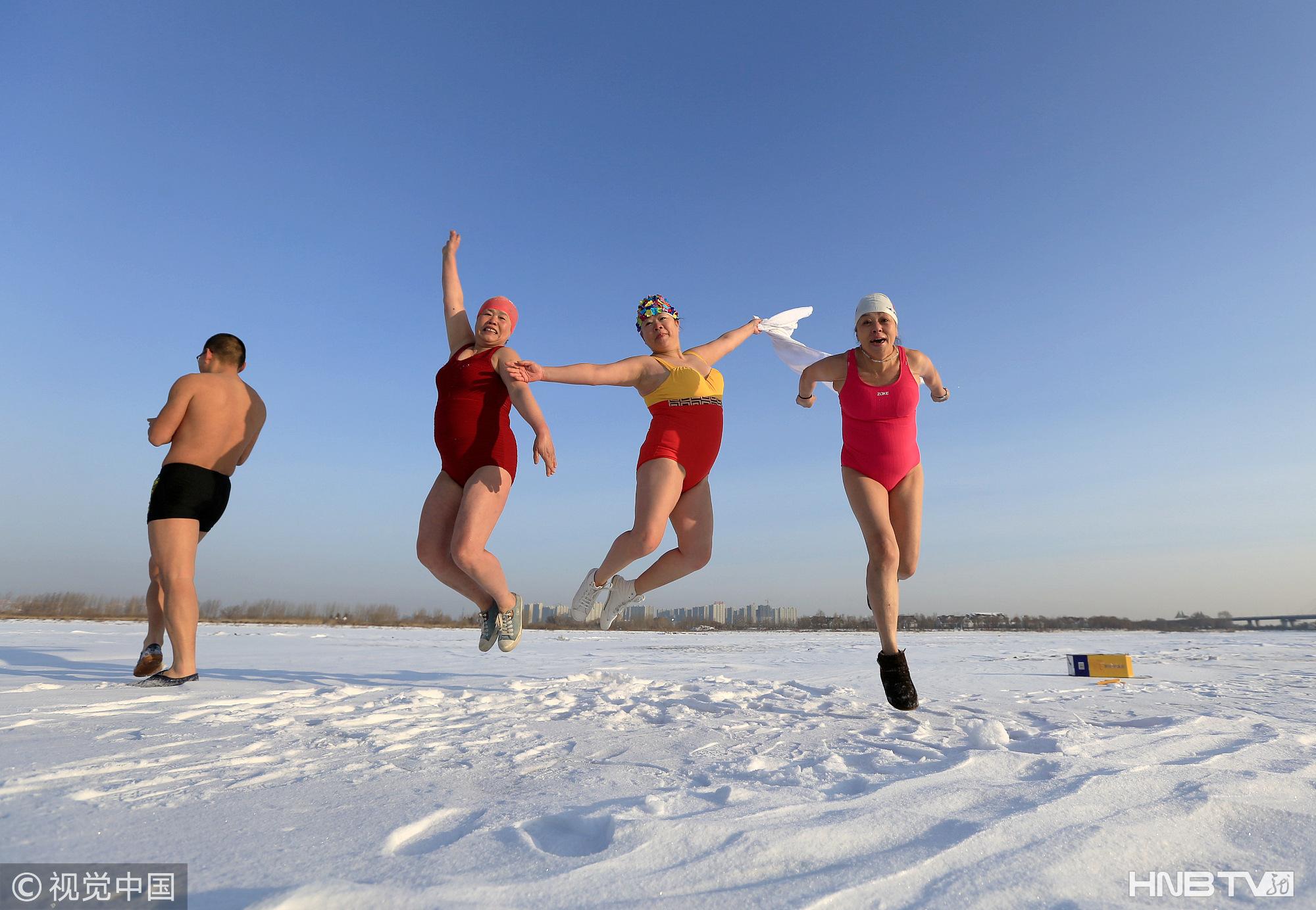 哈尔滨:冬泳队大爷大妈零下18℃雪地上撒欢 穿泳衣欢喜庆元宵(组图)