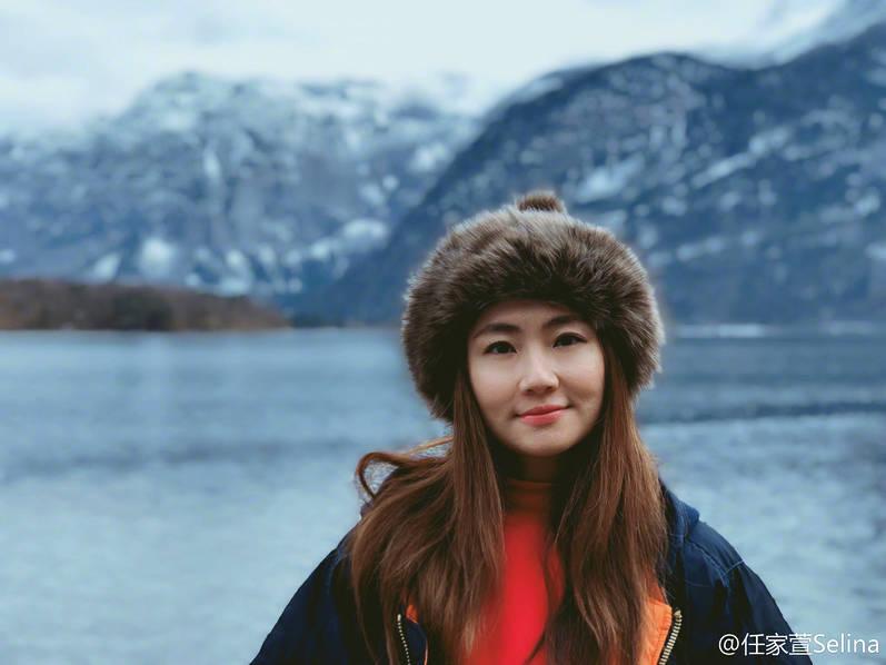Selina探访世界最美小镇 笑容灿烂身材圆润不少