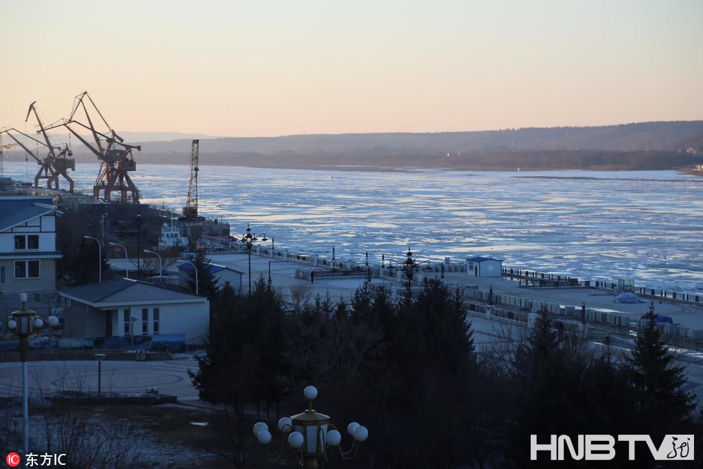 春分时节黑龙江黑河冰面开始呈现开化迹象(组图)