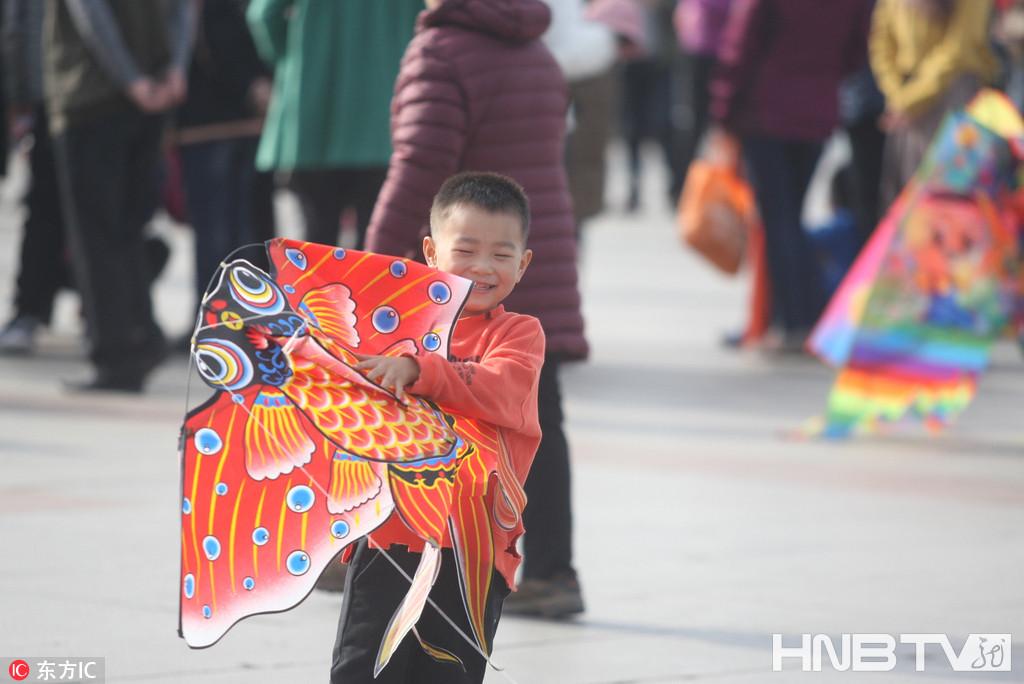 哈尔滨春来人欢笑 风筝飞满天(组图)