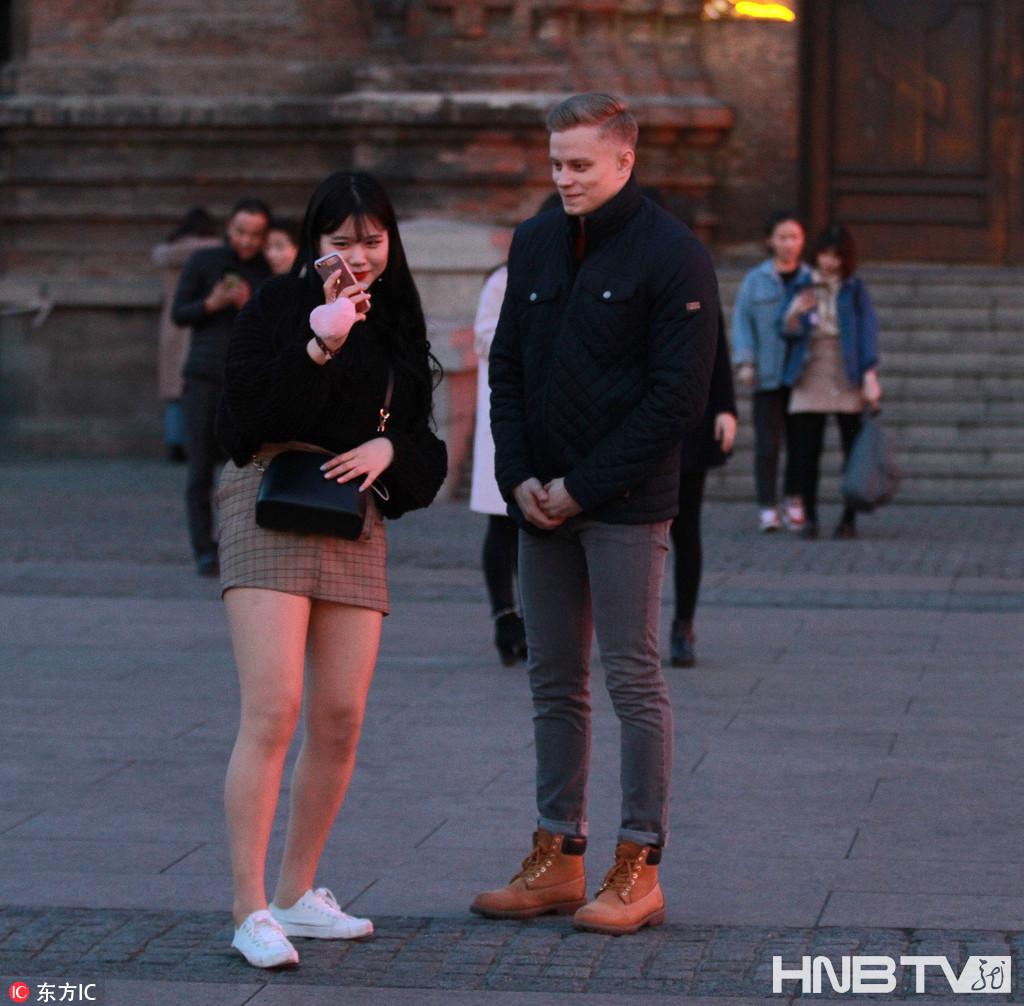 """哈尔滨过冬后直接""""入夏"""" 市民游客穿上短袖裙子很清凉(组图)"""