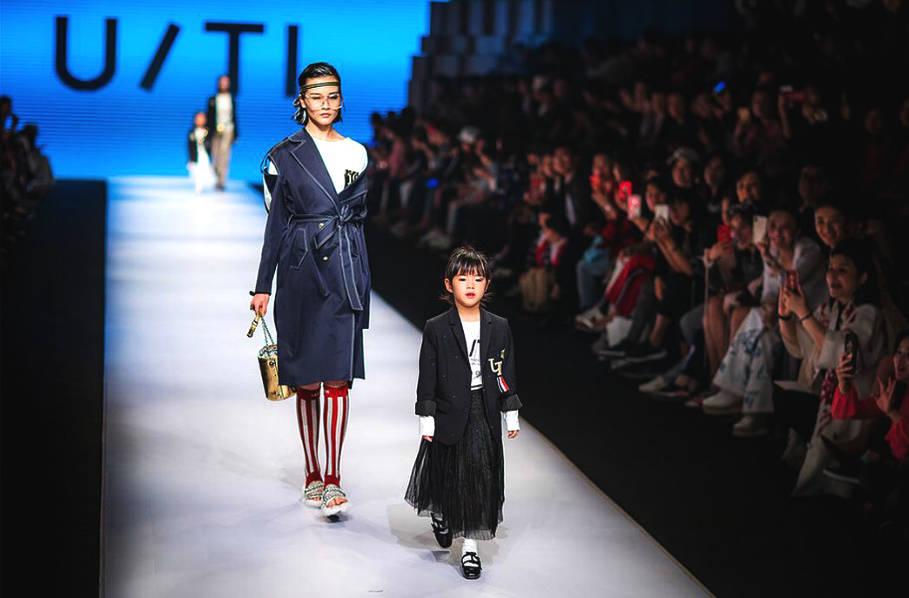 黄奕5岁女儿T台走秀 曾被吐槽丑如今愈发漂亮