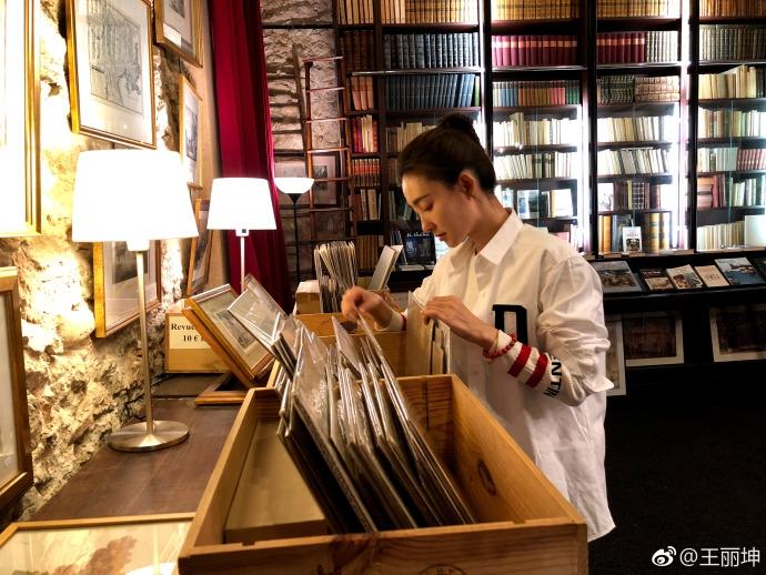 王丽坤白衬衫抿嘴甜笑美翻了 网友:是不是林更新拍的