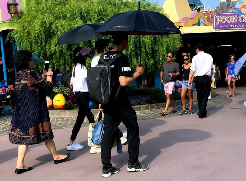 网友偶遇黄晓明baby一家同游迪士尼 小海绵被赞超可爱
