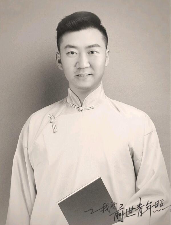 郭冬临晒P图照庆青年节 马褂温润西装帅气造型百变
