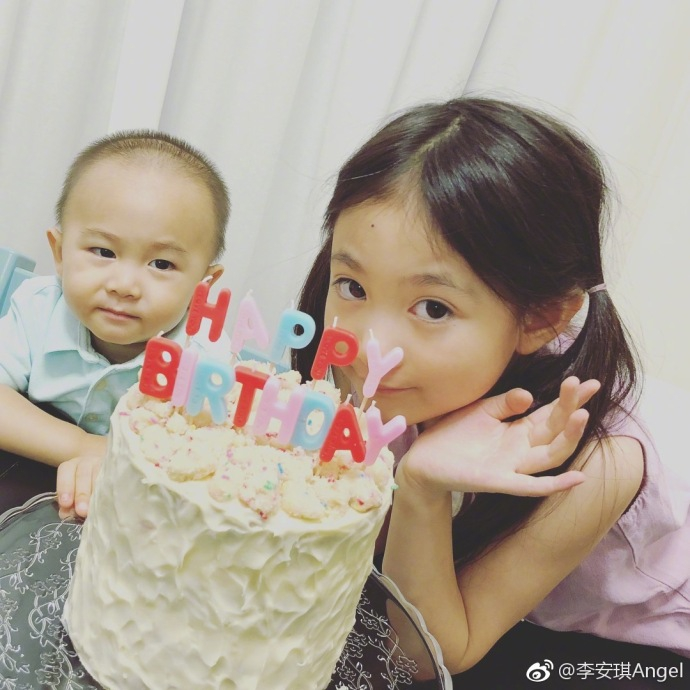李安琪晒照庆儿子两岁生日 奥莉扎双马尾俏皮吐舌抢镜