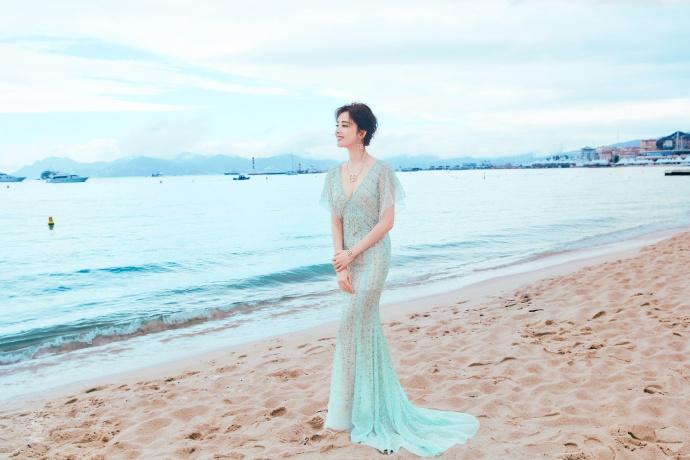 古力娜扎身穿V领水绿色礼服 大秀事业线身材玲珑有致