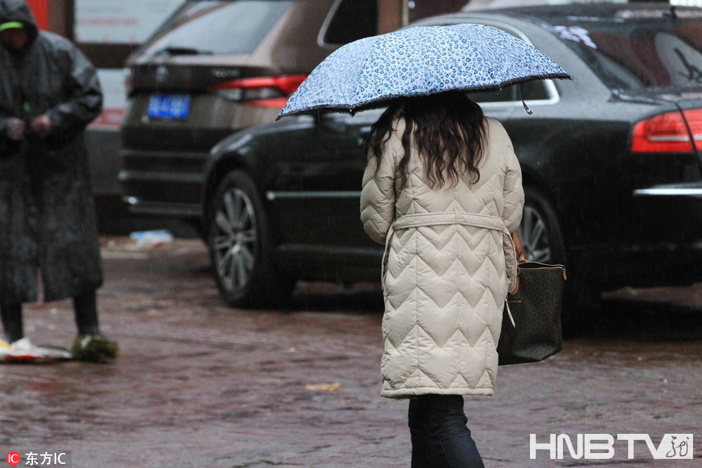 哈尔滨下雨又降温  街头行人羽绒服再度穿出来(组图)
