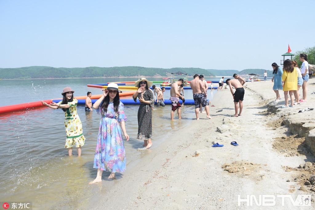 黑河卧牛湖水上乐园迎来旅游高峰期 游客避暑度盛夏 (组图)