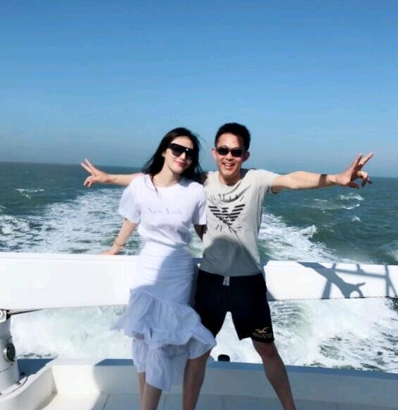 侯勇和小20岁三婚娇妻出海游玩 秀恩爱pose换不停