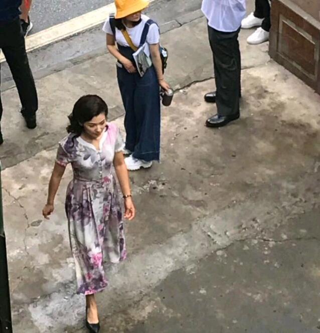 刘涛新戏路透照曝光!穿大花长裙的她气质稳重侧颜柔美