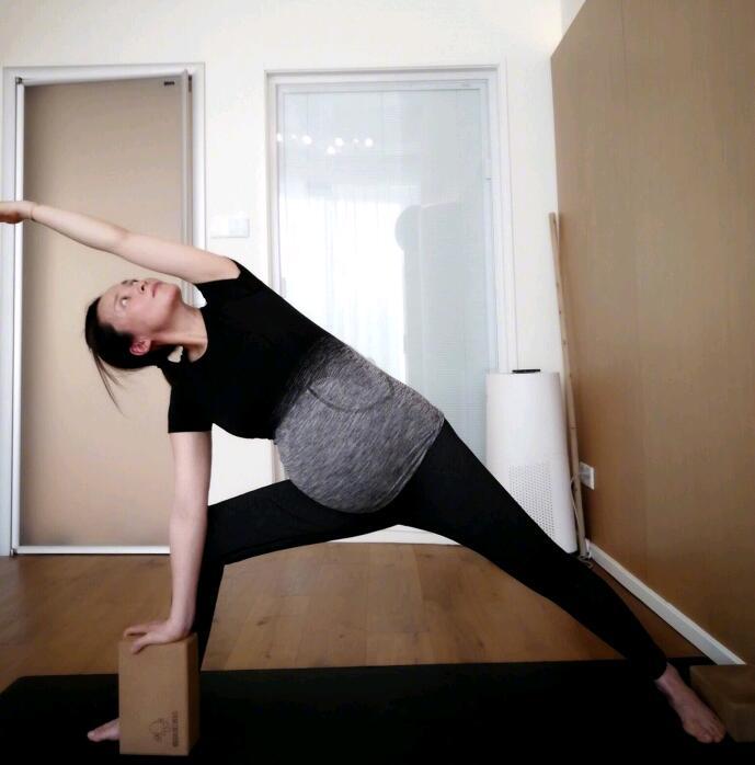 蒋勤勤素颜挺孕肚做瑜伽 闭目冥想展示高难度动作