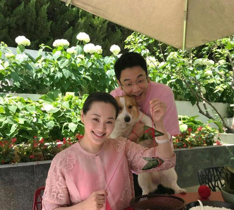 林依轮提前庆祝结婚23周年 与娇妻爱子一同包粽子