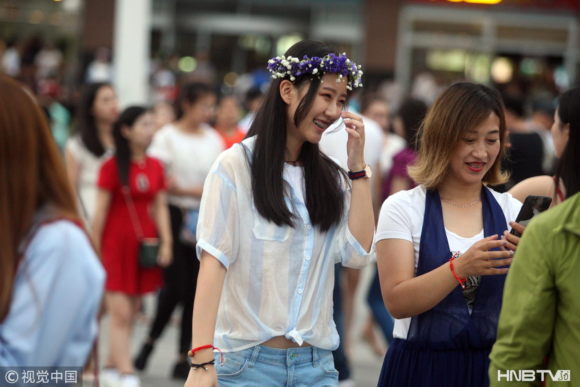 哈尔滨端午小长假 市民前往江畔踏青(组图)