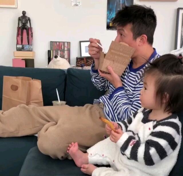 秦舒培赞陈冠希最好的父亲 发布父女两神同步用餐视频