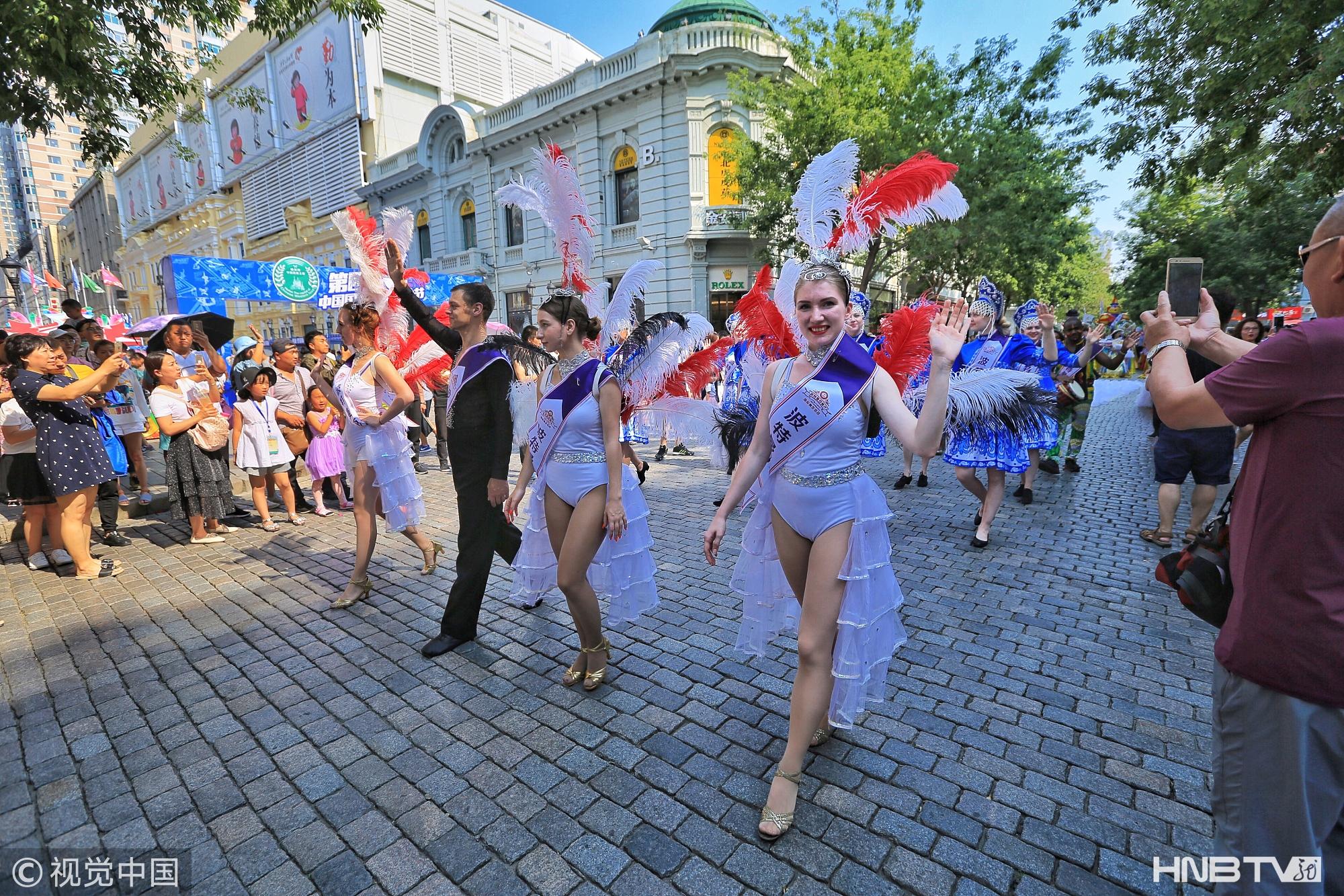 哈尔滨千人盛装花车巡游 庆祝中国国际西餐文化节启幕(组图)