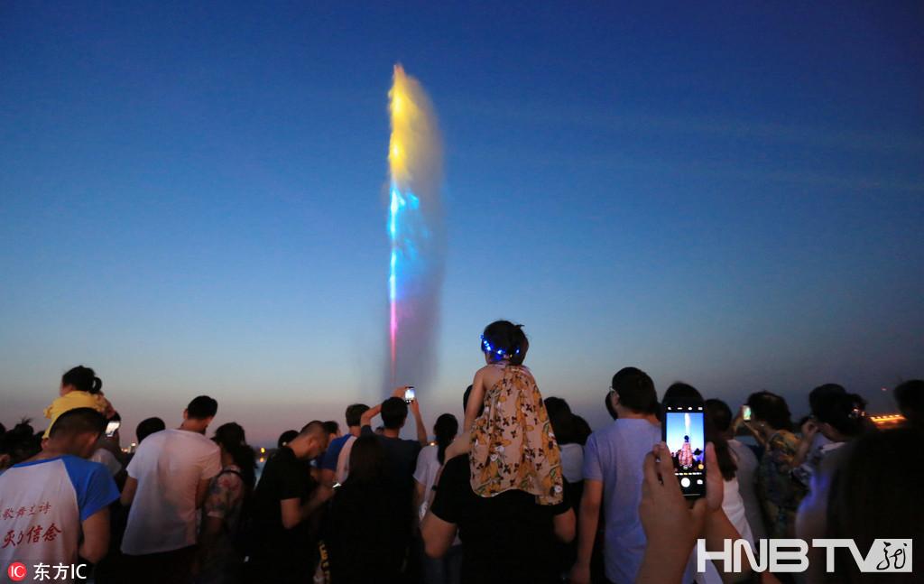 哈尔滨160米高江上移动喷泉正式喷放 七彩光柱耀眼夺目(组图)