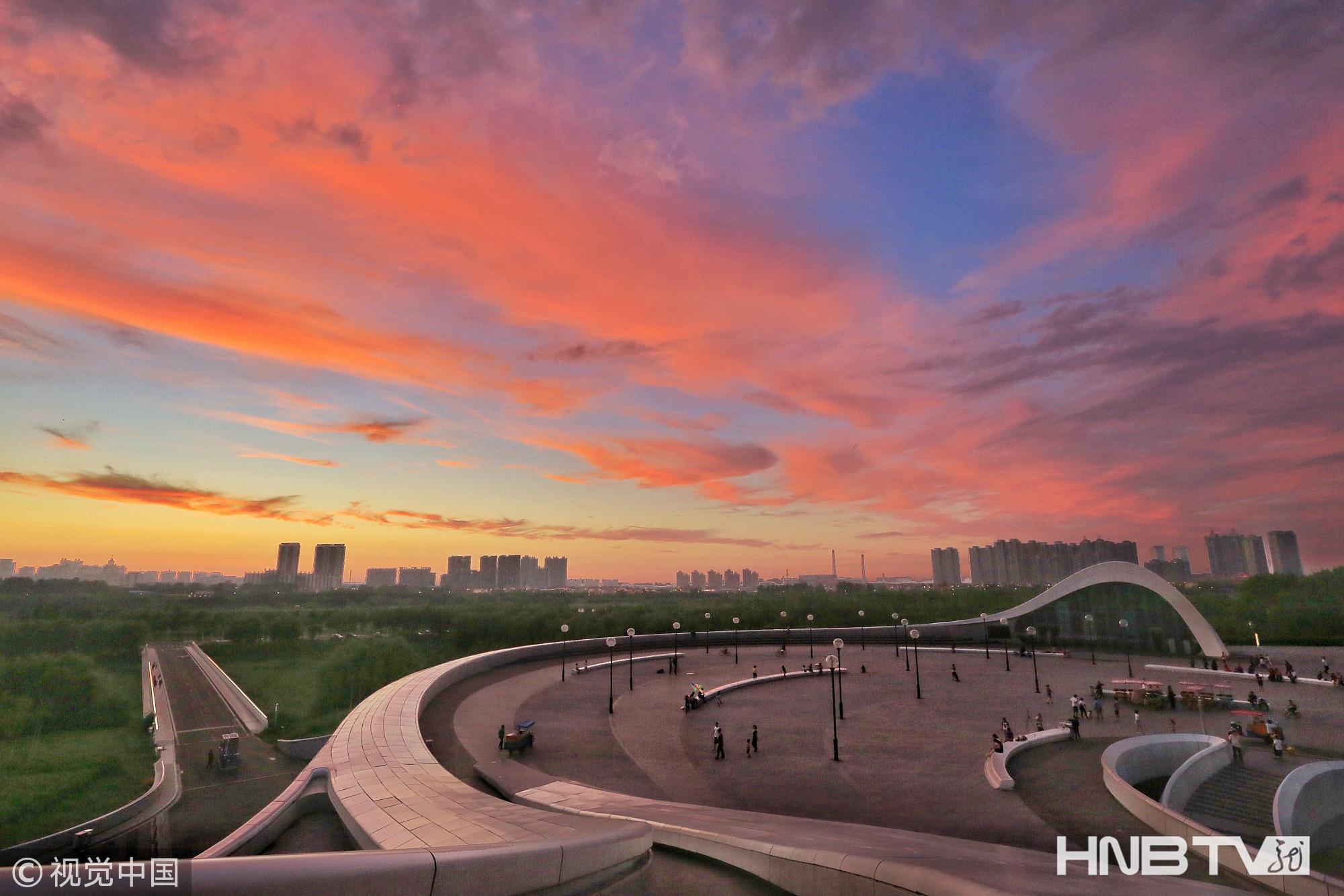 """哈尔滨:晚霞""""妆""""点城市流光溢彩"""