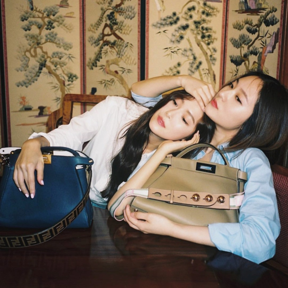 郑秀妍郑秀晶同框拍海报 姐妹俩亲密无间相互依偎