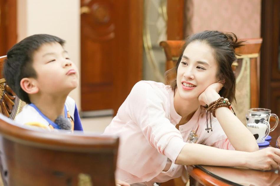 杨子晒妻儿运动风酷炫写真 安迪神态自若被赞酷过黄圣依