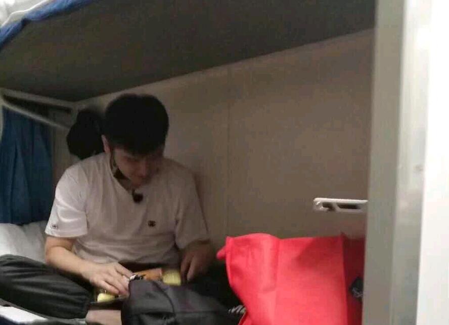 钱枫坐火车硬卧去拉萨被网友偶遇 和乘客合影减肥初见成效