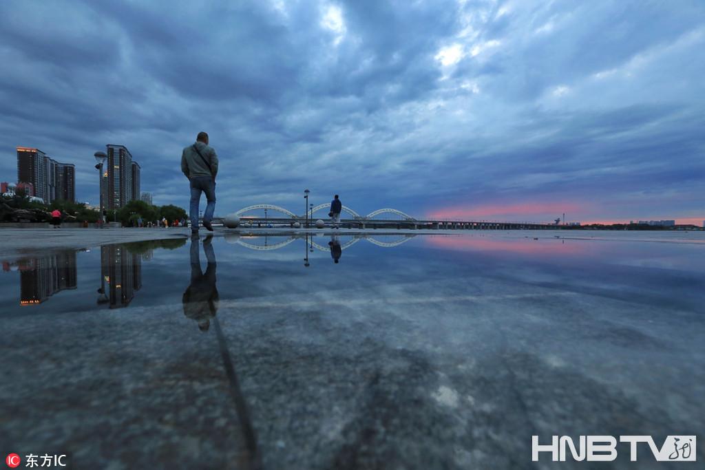 """台风""""苏力""""带来降雨 哈尔滨市民雨后健身(组图)"""