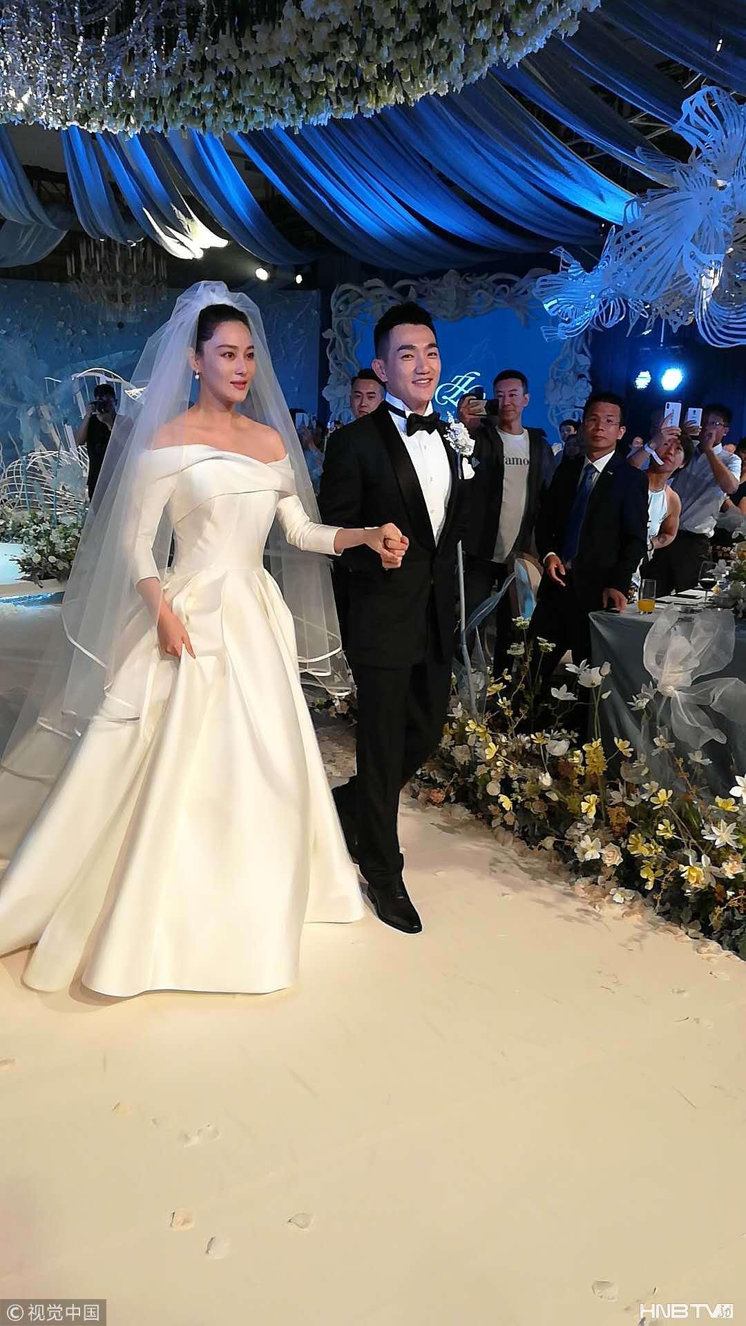 张馨予、何捷婚礼:新娘穿白婚纱一脸幸福 获军人新郎搀扶入场