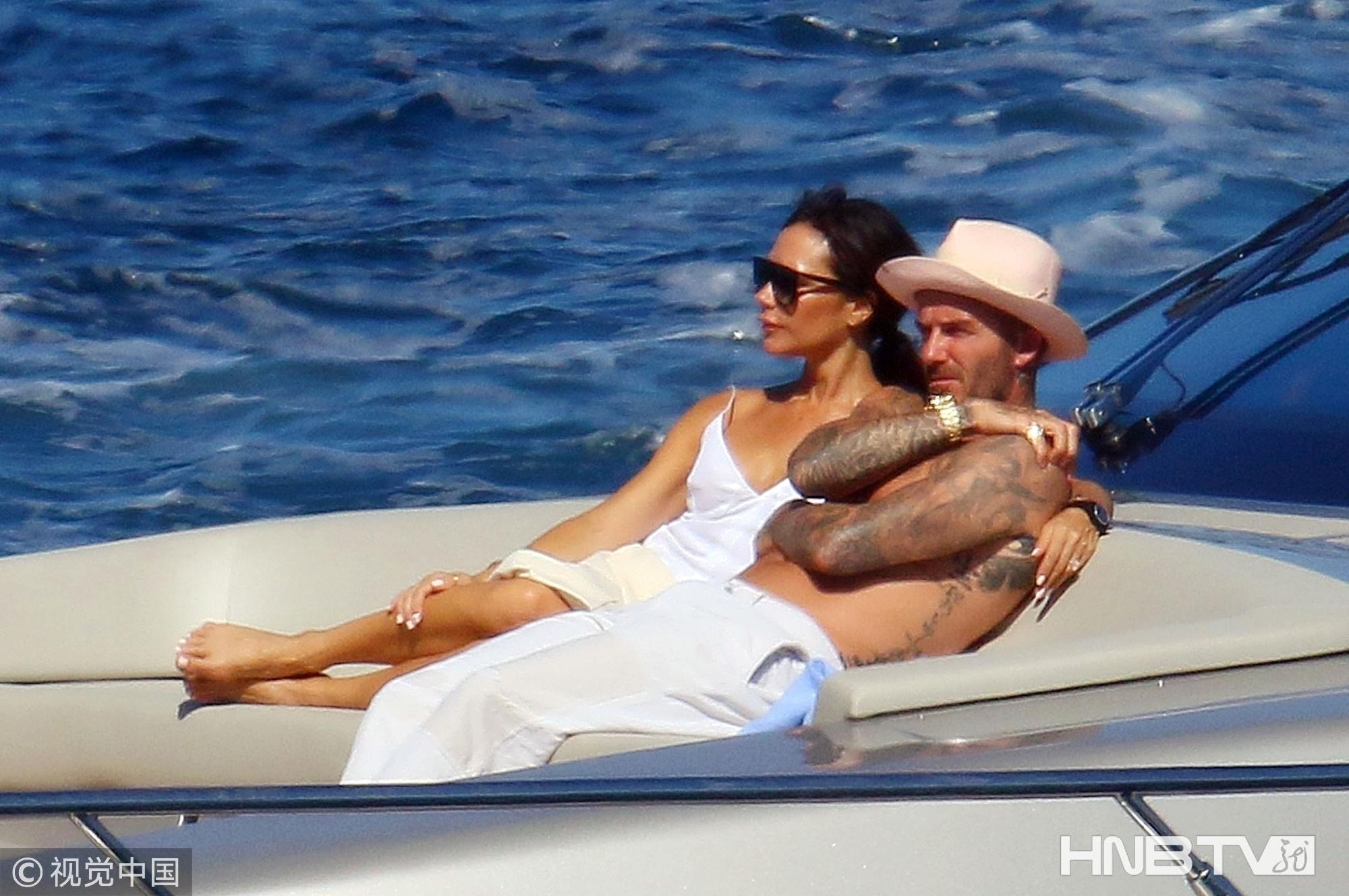 贝克汉姆一家出海度假短发小七肉腿抢镜 贝嫂枚红长衫配比基尼美腿吸睛