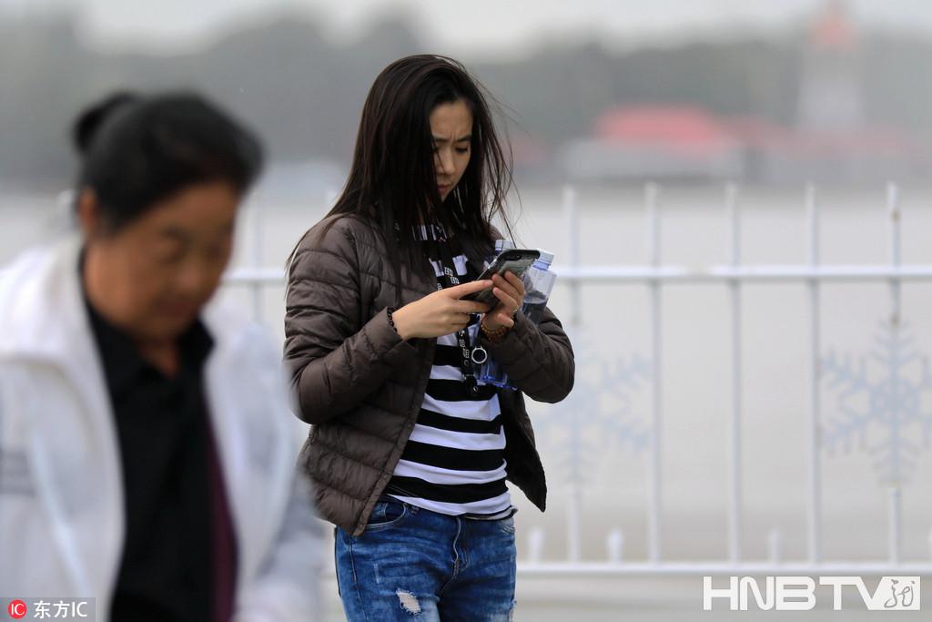 哈尔滨:季节交替乱穿衣 有人穿短袖有人穿棉衣(组图)