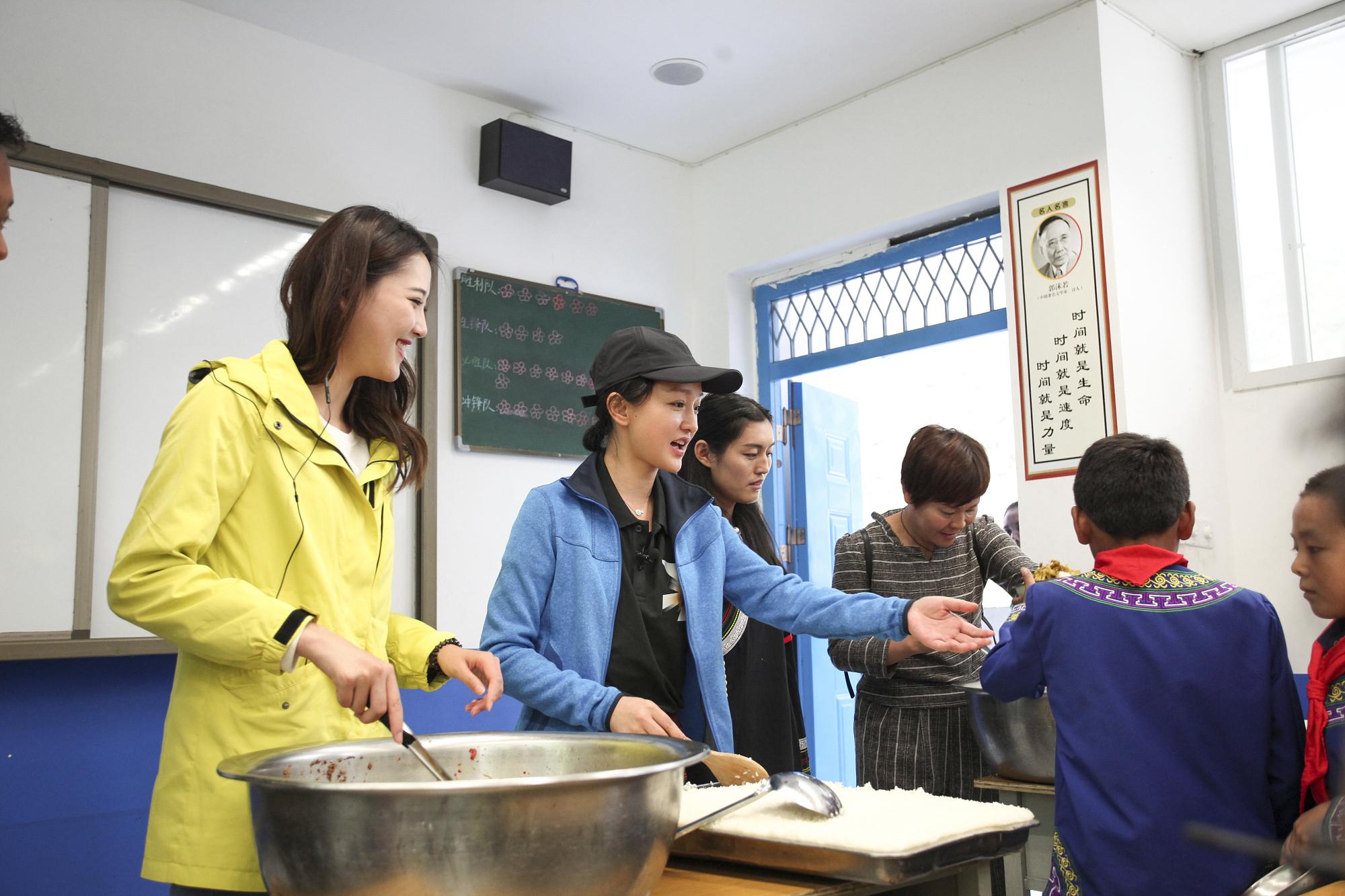 周迅戏外忙公益探访大凉山 亲自为孩子盛饭显母爱