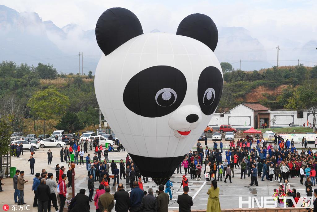 萌翻了!大熊猫热气球俏皮可爱引村民围观