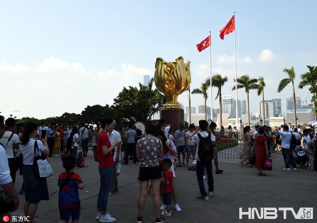 高铁香港段喜迎首个国庆黄金周 乘客赴港旅游与紫荆花合影!