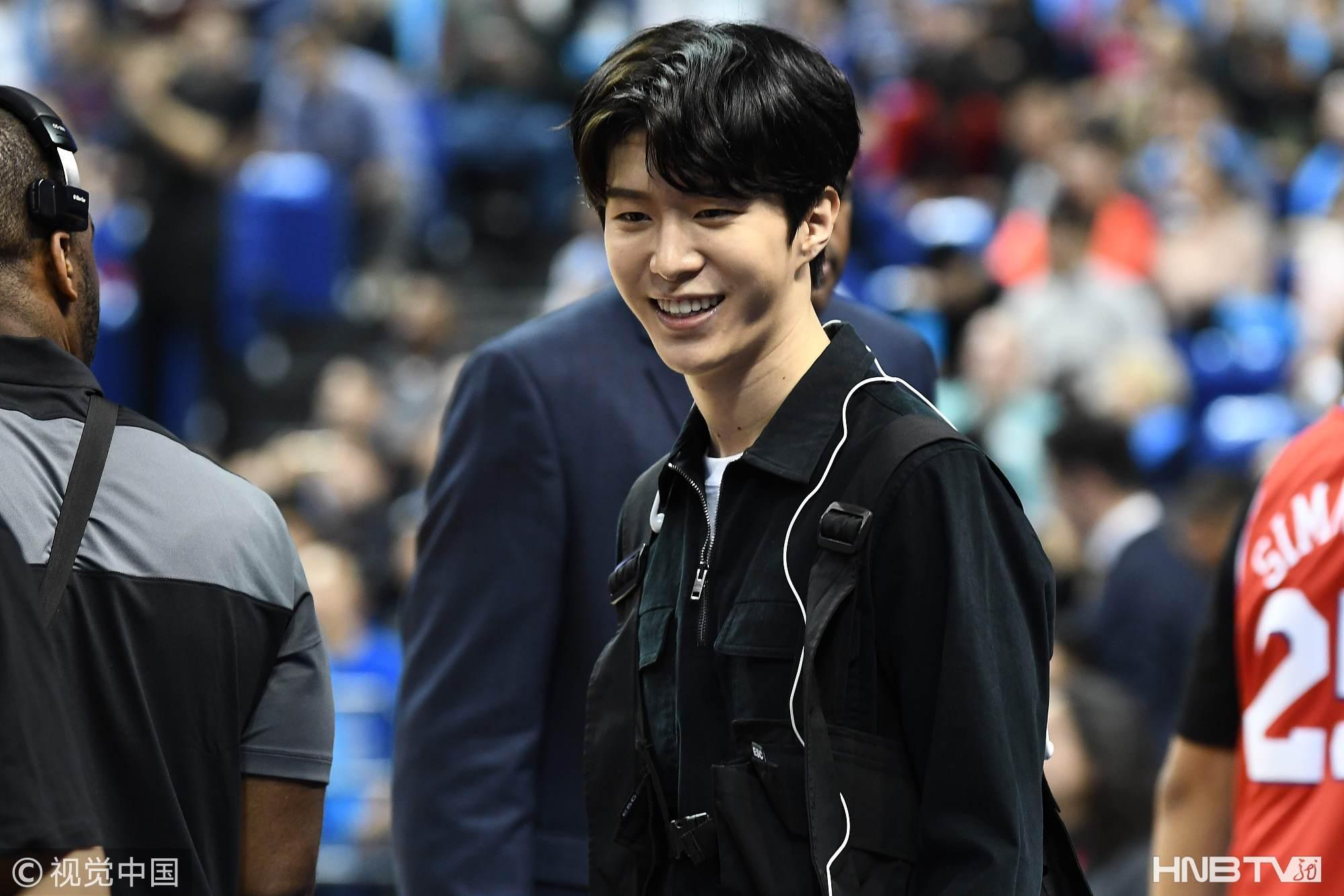 范丞丞染回黑发观战NBA中国赛 不受姐姐范冰冰风波影响展笑容