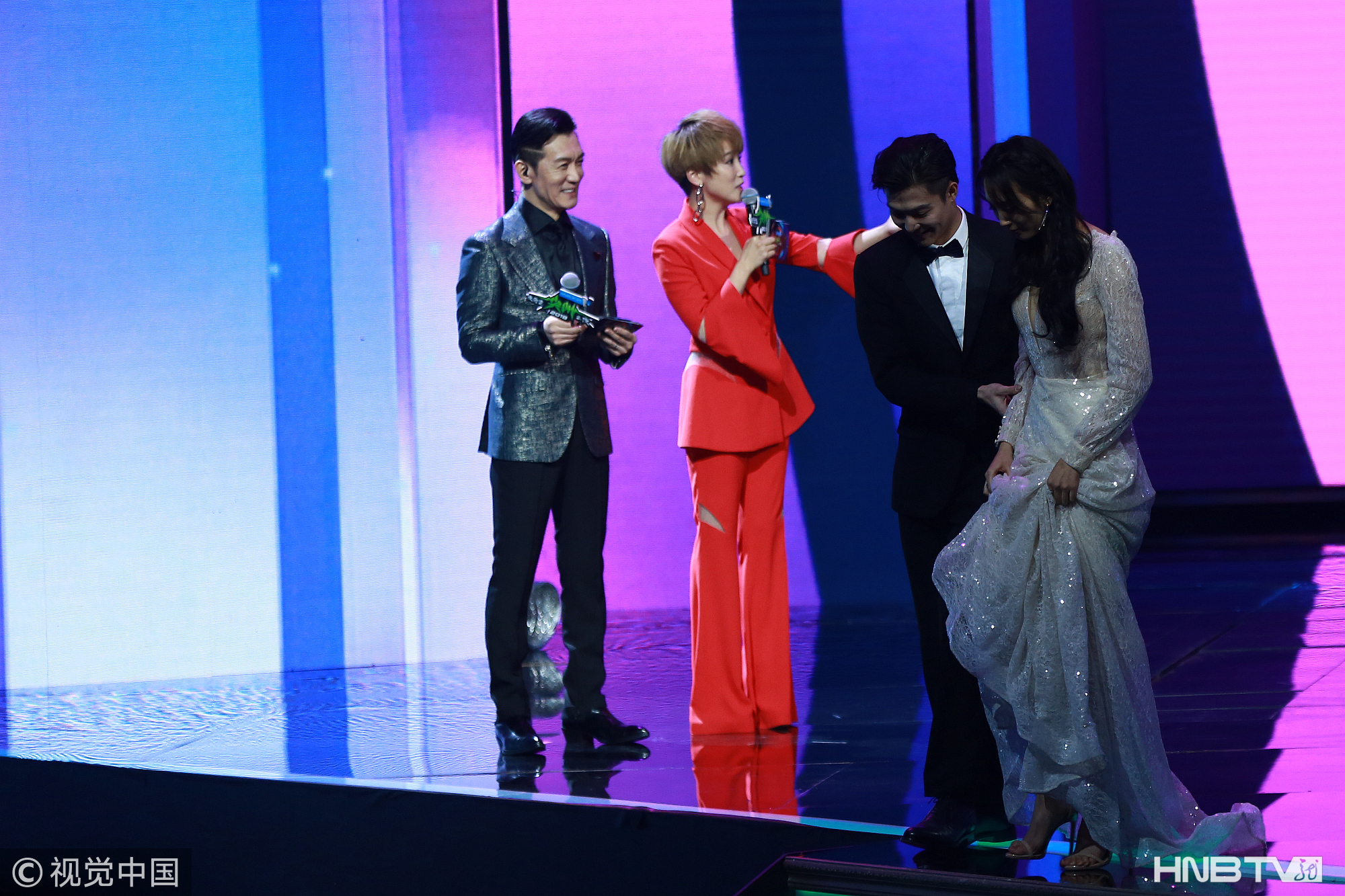 李咏老师最后一次登台主持短发造型帅气 笑看赵丽颖戴皇冠