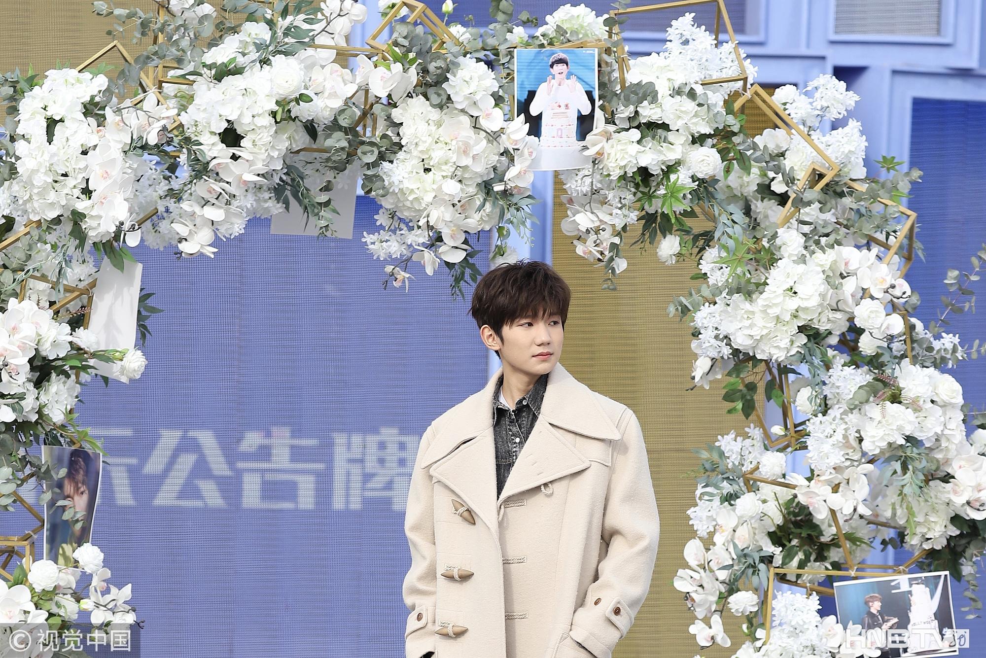 王源获粉丝送鲜花拱门庆18岁生日 穿宽肩大衣似偷翻爸爸衣柜
