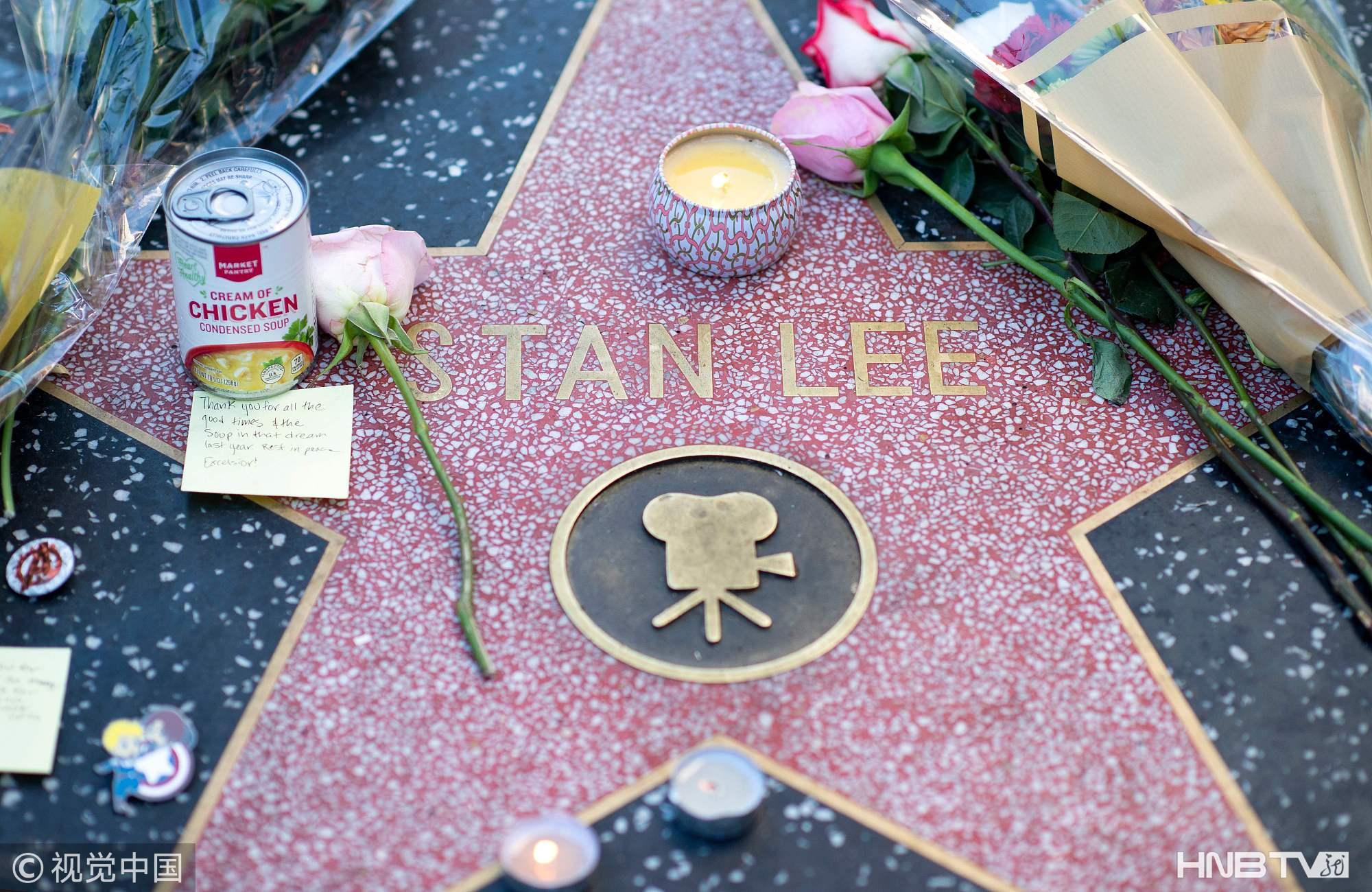 """""""漫威之父""""斯坦·李去世享年95岁 粉丝在星光大道献花悼念"""