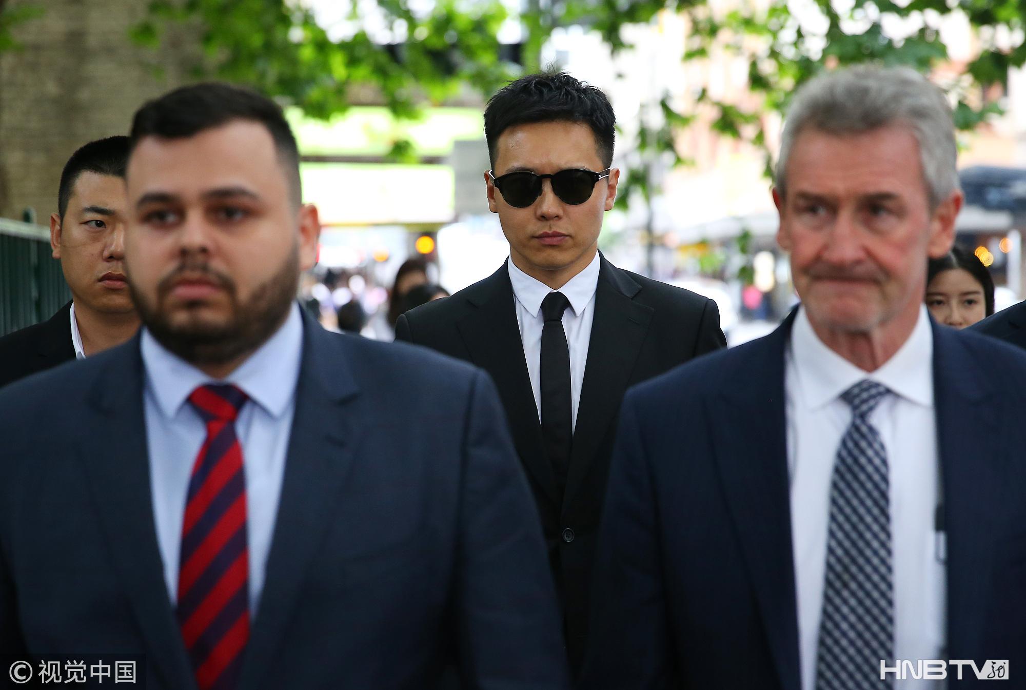 高云翔墨镜西服现身听证会 获律师和工作人员陪同