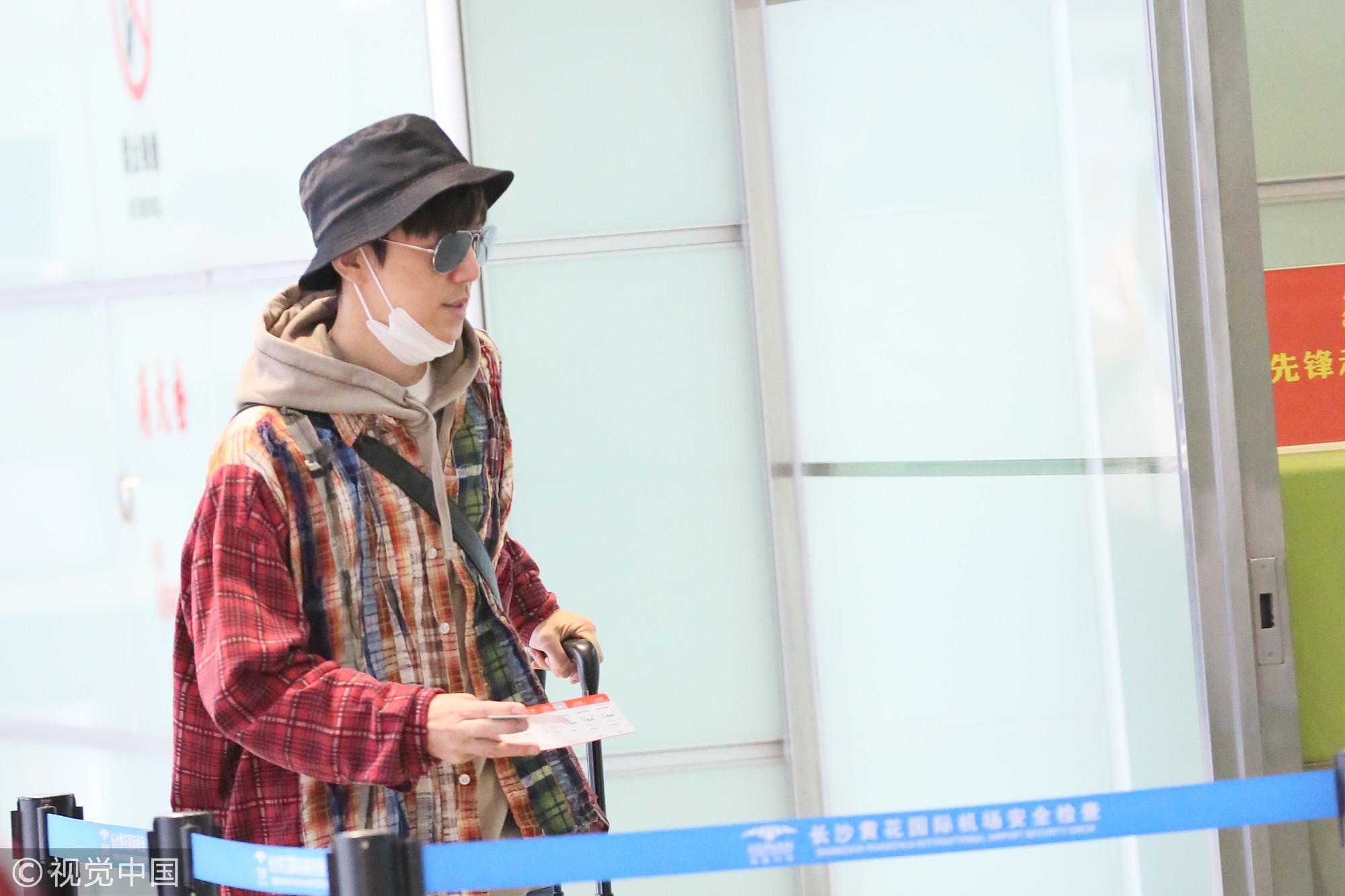 44岁何炅全副武装自拉行李低调现身 来回长沙不换衣显节俭