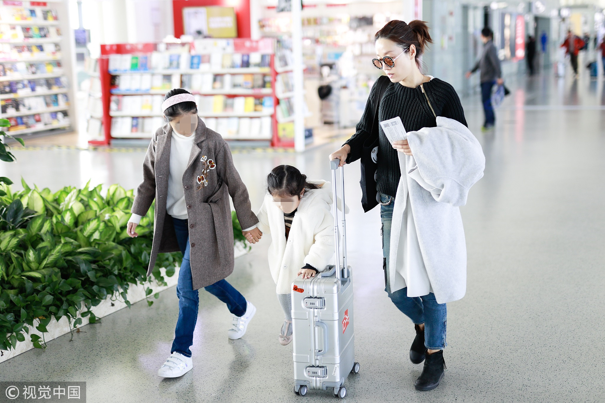 马伊琍皮肤白皙惹人羡 女儿帮忙推行李箱乖巧懂事