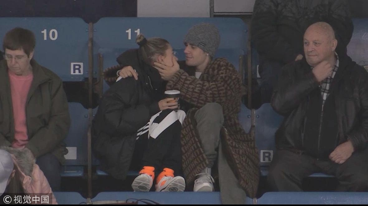 高甜预警!比伯和老婆海莉看球赛变连体婴