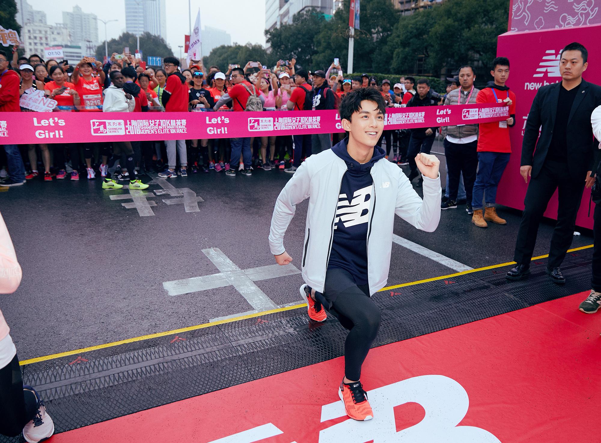 吴磊脱外套冒寒助力赛场变运动少年 灿笑温暖清新撩人心弦