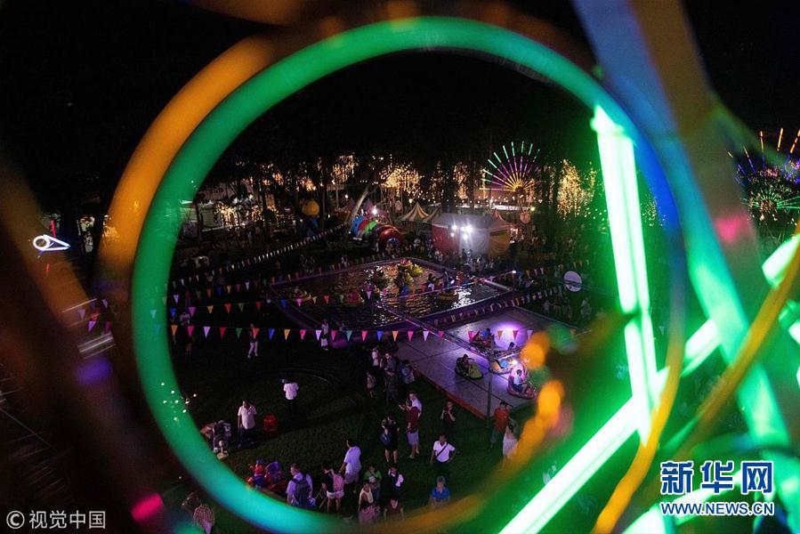 泰国民众庆祝水灯节 水面漂满水灯似繁星点点