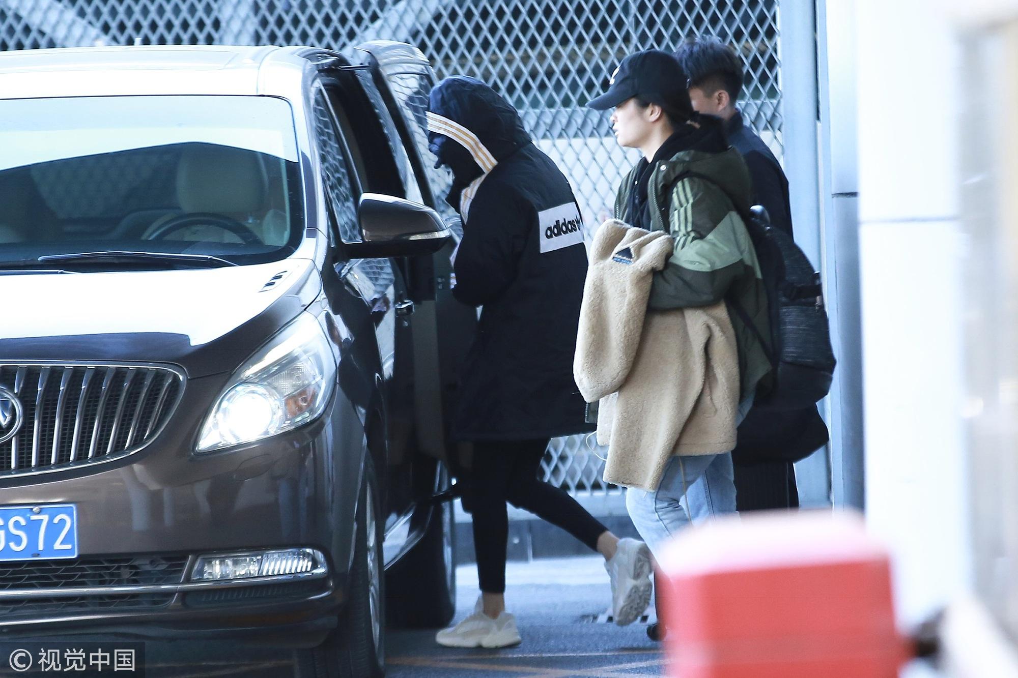 杨幂官宣离婚后首次现身机场 包裹严实不见真容只露美腿